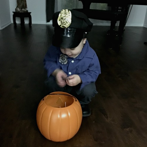 Halloween - Checking his loot | rainerlife.com